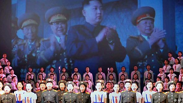 Ein Portrait von Kim Jong Il überragt eine Parteiversammlung (Foto: AP)