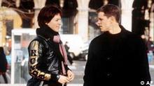 Die Schauspieler Franka Potente als Marie, links, und Matt Damon, rechts, der einen Agenten darstellt, im Film 'Bourne Identity', der am Donnerstag, 26. September 2002, in die deutschen Kinos kommt. Der Thriller handelt von einem Agenten mit Gedaechtnisverlust, der von der CIA gejagt wird. Marie, eine junge Deutsche, erhilft ihm zur Flucht nach Paris. Dort kommt es zur entscheidenden Auseinandersetzung. (AP Photo/Universal Pictures) **zu APD6862***