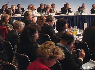 Konferenzsaal mit Teilnehmern und Kopfhörern (Foto: Brähler)