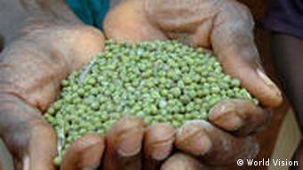 Afrikaner mit Saatgut (Foto: World Vision)