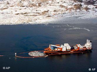 Luftaufnahme des Containerschiffs 'Godafoss', nachdem es vor dem norwegischen Frederiksstad auf Grund gelaufen ist (Foto: AP)