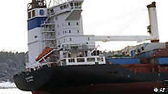 Das auf Grund gelaufene Containerschiff 'Godafoss' in Nahaufnahme (Foto: AP)