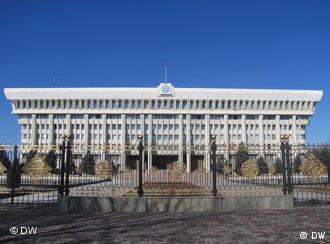 Киргизский парламент переехал в Белый дом, резиденцию президента, Бишкек