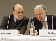 Голова Федеральної резервної системи США Бен Бернарке (л) та голова Банку Англії Мервін Кінг (п) на зустрічі у Парижі