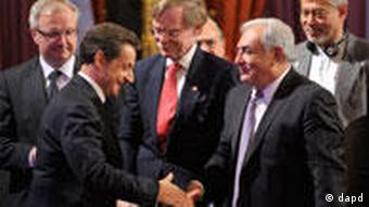French President Nicolas Sarkozy, left, shakes hands with International Monetary Fund (IMF) Managing Director Dominique Strauss-Kahn as World Bank President Robert Zoellick, center, looks on during the opening of the G20 Finance summit at the Elysee Palace in Paris, Friday, Feb. 18, 2011. Finance chiefs from the world's 20 industrialized and fastest developing nations wrestle over how to steady the world economy at a two-days meeting in Paris. (Foto:Philippe Wojazer, pool/AP/dapd)