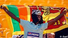 A Sri Lankan cricket fan waves his country's flag before the start of the ICC Cricket World Cup match between Sri Lanka and Canada in Hambantota, Sri Lanka, Sunday Feb. 20, 2011. (Foto:Andres Leighton/AP/dapd)