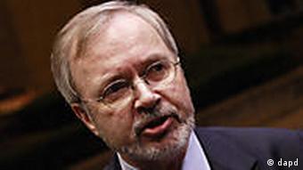 Alman Dışişleri Bakanlığı Müsteşarı Werner Hoyer, Macaristan'da tartışmalı basın yasasının ardından kabul edilen Anayasa'nın, kaygılarırı daha da artırdığını söyledi.