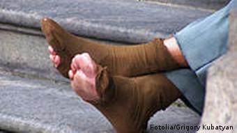 Symbolbild Fotolia Obdachloser Füße Fuß kaputt Strumpf Socken Armut Straße Bettler