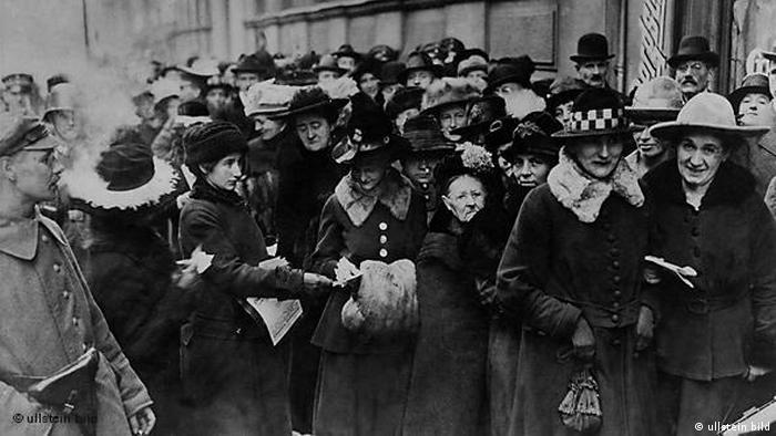 Almanya, bu yıl kadınların seçme ve seçilme hakkını elde etmesinin 100. yılını kutladı. 1919 yılına ait bu fotoğrafta, ilk defa oy verebilmek için sıraya giren kadınlar görülüyor. 1933 yılında Nazilerin iktidara gelmesiyle birlikte kadınlar seçilme hakkını kaybettiler. Fakat II. Dünya Savaşı sonrasında hazırlanan yeni anayasayla bu hakkı yeniden elde ettiler.