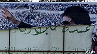 Zerrissenes Gaddafi-Banner in Bengasi (Foto: AP/dapd)