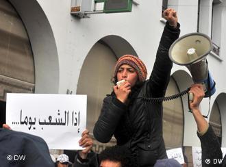 ناشطة حقوقية مغربية تتزعم مظاهرة شهدتها الرباط قبل الانتخابات من أجل المطالبة باصلاحات في البلاد