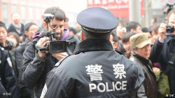 Polizisten werden gefilmt. Peking (Beijing) Wangfujing. China. 20.Feb.2011.