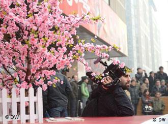 Ausländische Medien dokumentieren die Demonstration. Ein Kameramann wartet auf spannende Momente. Peking (Beijing) Wangfujing. China. 20.Feb.2011.