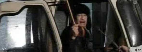 معمر قذافی کوتاه در تلویزیون دولتی ظاهر شد