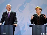 Bundeskanzlerin Angela Merkel (CDU) spricht am Dienstag (22.02.11) im Bundeskanzleramt in Berlin waehrend eines gemeinsamen Pressestatements neben Griechenlands Ministerpraesidenten Giorgos Papandreou. Merkel empfing Papandreou zu einem bilateralen Gespraech. Foto: Patrick Sinkel/dapd