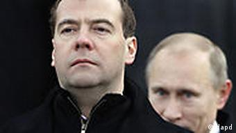 Russian President Dmitry Medvedev, left, and Prime Minister Vladimir Putin, right, walk after laying a wreath at the Tomb of the Unknown Soldier, just outside the Moscow Kremlin, Russia, Wednesday, Feb. 23, 2011. The Defenders of the Fatherland Day, celebrated in Russia on Feb. 23, honors the nation's military and is a nationwide holiday. (Foto:Ivan Sekretarev/AP/dapd)