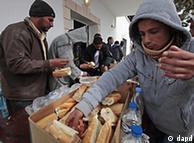 Τυνήσιοι εργάτες στη Λιβύη που κατάφεραν να περάσουν τα σύνορα