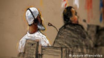 ARCHIV - Die Gerichtszeichnung von Janet Hamlin zeigt Ibrahim Mohammed Al-Qosi mit einem Pflichtverteidiger in einem Gerichtsgebäude in Guantanamo (Archivillustrtion vom 15.07.2009). Eine US-Militärjury in Guantánamo Bay hat den ehemaligen Koch von Terroristenchef Osama bin Laden, Ibrahim Ahmed Mahmud Al-Qosi, am Mittwoch zu 14 Jahren Gefängnis verurteilt. Es ist aber mehr als zweifelhaft, dass der 50-jährige Sudanese tatsächlich so lange in Haft bleibt. EPA/Janet Hamlin / POOL POOL PHOTO. EDS: IMAGE REVIEWED BY U.S. MILITARY PRIOR TO TRANSMISSION. +++(c) dpa - Bildfunk+++ usage Germany only, Verwendung nur in Deutschland