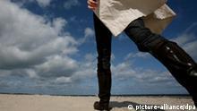 Eine Frau spaziert am Mittwoch (06.05.2009) an der Kieler Förde am Strand von Falkenstein. Nach Abzug eines Tiefausläufers in der Nacht zum Donnerstag sorgt tagsüber Zwischenhocheinfluss für zunehmend trockenes und zeitweise sonniges Wetter. Foto: Angelika Warmuth dpa/lno +++(c) dpa - Report+++