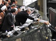 محمود احمدینژاد ، رئیسجمهور (راست) در مجلس. دولت احمدینژاد از تغییراتی که مجلس در بودجه ایجاد میکند ناراضی است؛عکس از آرشیو