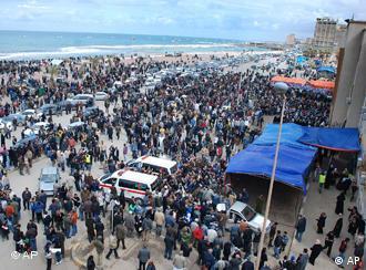 Илјадници луѓе собрани на плоштадов во Бенгази, кој е под целосна контрола на противниците на режимот