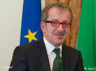 Italian interior minister Roberto Maroni gestures prior to the start of a press conference in Rome, Wednesday, Feb. 23, 2011. Italy's interior minister has met with his counterparts from five other EU countries to discuss the possible impact on immigration stemming from Libya's uprising. The interior ministers from Cyprus, France, Greece, Malta and Spain were in Rome for the talks. (Foto:Andrew Medichini/AP/dapd)