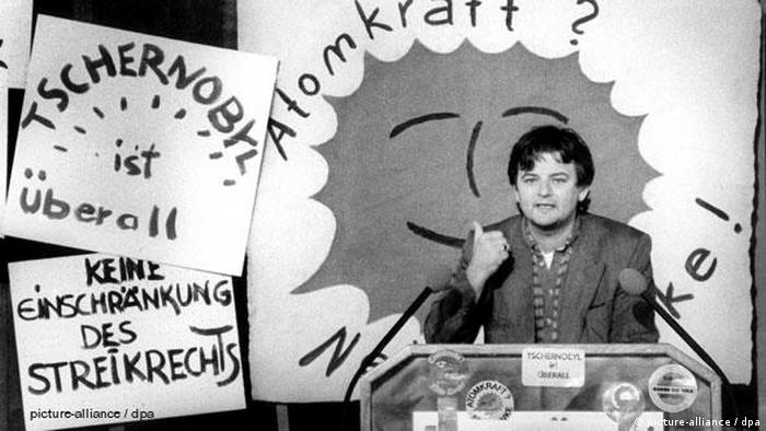 The Green's Joschka Fischer speaks at an anti-nuclear debate, 1986 (picture-alliance / dpa)