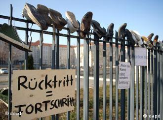 Να παραιτηθεί ο τσου Γκούτενμπεργκ - διαδήλωση μπροστά στο υπ. Άμυνας (26.02.2011)