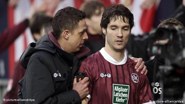 Jedan član stručnog stožera Kaiserslauterna tješi Lakića nakon meča s HSV-om