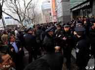2月27日,上海一家电影院前,警察吹哨要求聚集的人群离开