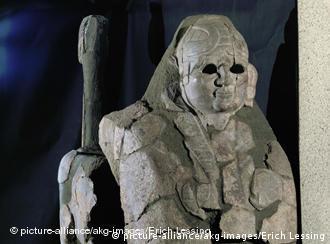 İki Hattuşaş Sfenksi, restorasyon amacıyla 1915 yılında Almanya'ya getirilmiş, sfenkslerden biri 1924 yılında İstanbul'a gönderilmişti. Diğer sfenks ise 1934 yılından itibaren, Berlin'deki Bergama Müzesinde sergileniyor.