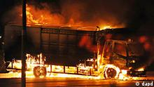 In this photo taken Sunday Feb. 27, 2011 a truck burns in Sohar, Oman. Protesters set a supermarket ablaze and gathered in several sites in a seaside town in Oman on Monday in a third consecutive day of unrest that has included deadly clashes in the strategic Gulf nation. Security forces sealed off main roads to Sohar, about 120 miles (200 kilometers) northwest of the capital of Muscat, in attempts to isolate the protesters and keep crowds from swelling. (Foto:AP/dapd)
