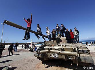 Libysche Kinder spielen auf einem zerstörten Armee-Panzer in Bengasi (Foto:AP)
