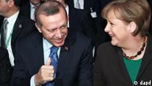 Ausschnitt: Bundeskanzlerin Angela Merkel (CDU, r.) sitzt am Montag (28.02.11) in Hannover waehrend der Eroeffnung der internationalen Computermesse CeBIT im Kuppelsaal des Congress Centrums neben dem tuerkischen Ministerpraesidenten Recep Tayyip Erdogan und dessen Ehefrau Emine. Die CeBIT findet in diesem Jahr vom 01. Maerz 2011 bis zum 05. Maerz 2011 statt. Das Partnerland ist die Tuerkei. Foto: Ronny Hartmann/dapd