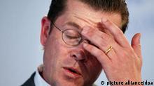 ARCHIV - Bundeswirtschaftsminister Karl-Theodor zu Guttenberg (CSU) spricht am 18.08.2009 im RWE-Braunkohlekraftwerk Niederaußem (Kreis Bergheim) zur Einweihung einer CO2 Rauchgaswaschanlage. Guttenberg (CSU) legt nach Informationen der «Bild»-Zeitung noch am Dienstag (01.03.2011) das Amt des Verteidigungsministers nieder. Ein entsprechendes Rücktrittsgesuch hat Guttenberg laut «Bild» bereits bei Bundeskanzlerin Merkel eingereicht. Foto: Oliver Berg dpa +++(c) dpa - Bildfunk+++