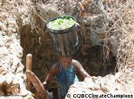 خشک سالی کے دوران افریقہ میں خواتین کو پانی لینے کے لیے کئی کئی میٹر گہرائی میں اترنا پڑتا ہے