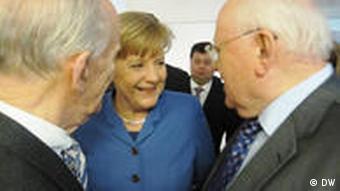 Merkel und Gorbatschow reden miteinander (Foto: DW)