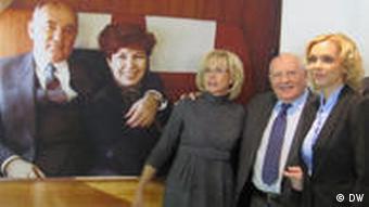 Gorbatschow mit Tochter (links) und Enkelin (Foto: DW)