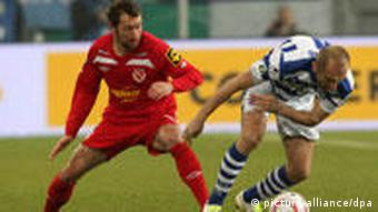 Duisburg's Ivica Banovic and Cottbus' Marco Kurth