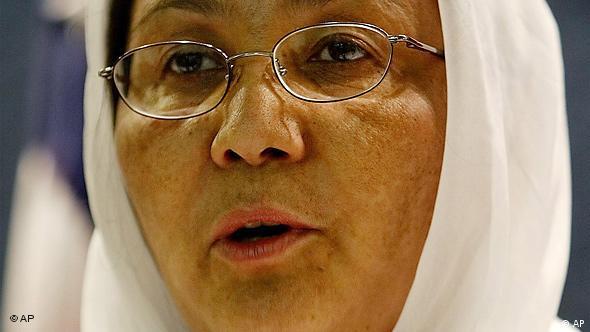 Porträt Habiba Sarabi, Frau in mittleren Jahren mit Kopftuch und Nickelbrille