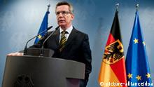 ARCHIV - Bundesinnenminister Thomas de Maiziere (CDU) gibt am 01.02.2011 im Bundesministerium des Innern in Berlin eine Pressekonferenz. De Maiziere gilt als möglicher Nachfolger von Guttenberg, der am Dienstag (01.03.2011) von seinem Amt als Verteidigungsminister zurückgetreten ist. Foto: Robert Schlesinger dpa/lbn +++(c) dpa - Bildfunk+++
