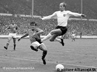 بابی چارلتون (راست) در مصاف با روبرت بوچینسکی از تیم ملی فرانسه در ورزشگاه ویمبلی لندن (۱۹۶۶)