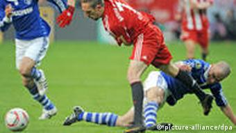 Schalke's Peer Kluge (r) vies with Bayern's Franck Ribery
