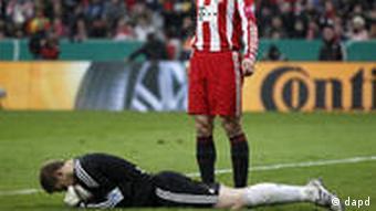 Fotografija koja simbolizira nemoć Bayerna u kup-utakmici: Klose je samo statist u izvanrednoj predstavi Neuera, vratara Schalkea