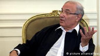 Ägyptens Ministerpräsident Muhammad Schafiq spricht am Donnerstag (24.02.2011) in Kairo mit Außenminister Westerwelle. Auf dem Programm der zweitägigen Reise von Westerwelle an den Nil standen Gespräche mit Regierungsvertretern und Oppositionellen. Foto: Michael Kappeler dpa