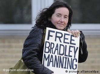 Eine britische Unterstützerin von Bradley Manning fordert auf einem Plakat seine Freilassung. (Foto: dpa)