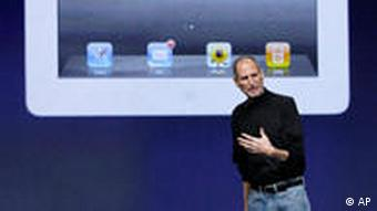 Apple Inc. Chairman and CEO Steve Jobs stands under an image of the iPad 2 at an Apple event at the Yerba Buena Center for the Стів джобс під час презентації iPad 2 у березні 2011 року