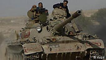 Aufständische Kämpfer bei Al-Brega mit Panzern (Foto: AP)