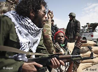 Aufständische Kämpfer bei Al-Brega mit Waffen (Foto: AP/dapd)