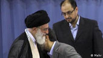 وحید حقانیان در کنار علی خامنهای و محمود احمدینژاد در مراسم تنفیذ حکم ریاست جمهوری سال ۱۳۸۸